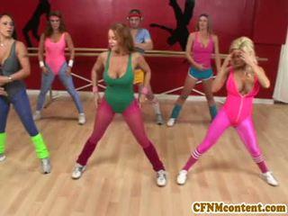 Femme habillée homme nu action à yoga classe avec raquel