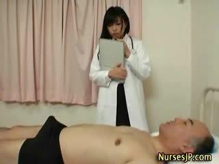 Hooters japonesa enfermeira gives mão trabalho
