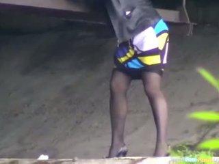 Jongen en meisje urineren onder de bridge