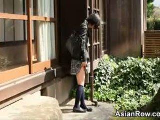 Azjatyckie uczennica shows jej białe majteczki