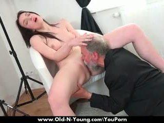 Stary guy enjoys a nastolatka