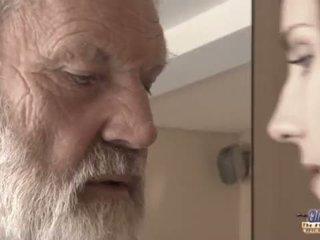 Teenie dievča v bolesť fucks starý človek pre pikantné oblivion