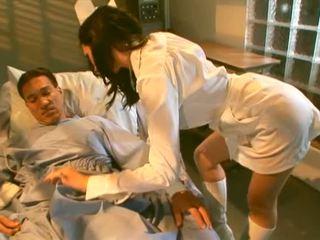 Mooi brunette verpleegster zuigen haar gelukkig patiënt