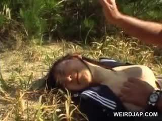 Innocent asiatisk skole jente tvang til hardcore sex utendørs