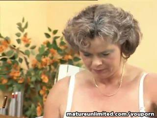 Madura shows su tetitas y peluda coño