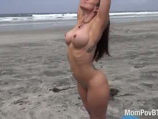 لياقة بدنية pro does عري yoga في شاطئ