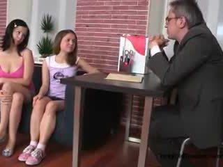 Two sexy tenåring jenter forfør deres gammel college lærer i hans kontor