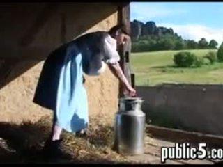 Mqmf milking su grande pechos outdoors