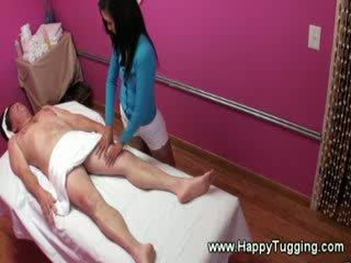 Aziatisch masseuse is eager naar alsjeblieft haar clients wishes