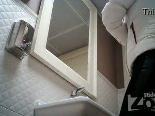 Verborgen camera in de toilet, geschoren poesje en anus closeups.