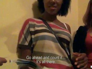 Two amatér holky trojice pohlaví pro hotovost