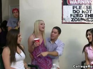 Slutty женски клуб в колеж момичета парти трудно с frat boys