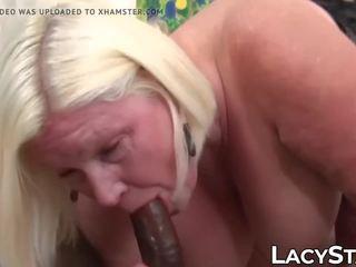 আলগা বাধন sucks বাদামী বাইকের আসন পরে getting তার titties sucked