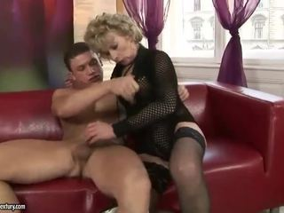 Rijpere blondine enjoys hard seks