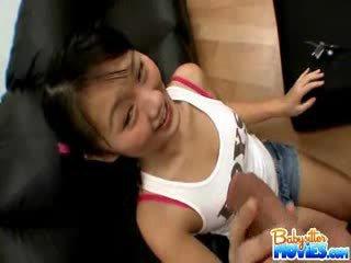 Rallig klein babysitter evelyn shows ab sie arsch und fingers tief