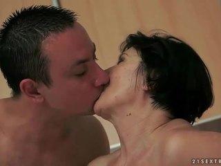 Garçon loves son vieux copine