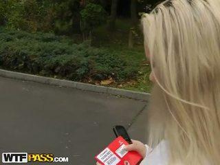 Extreem seks outdoors met schattig blondine video-