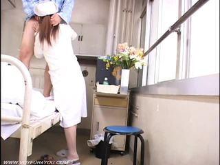 Dame verpleegster en oud farts voyeur seks