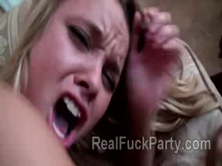 Nauw blond hottie stands bravely een painful anaal initiation