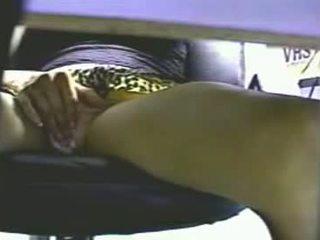 Slēpts kamera zem the galds catches meitene masturbatin