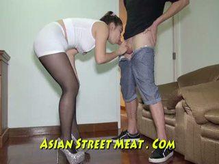 Geketend omhoog podgy aziatisch piglet