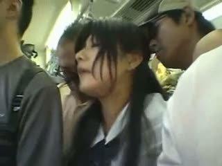 Verlegen meisje gangbanged in een publiek trein
