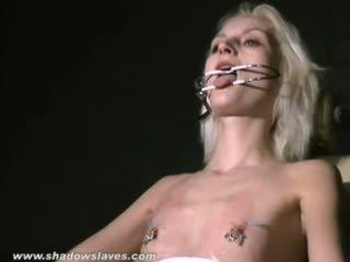 Grup seks oral seks üstsüz ve kaslı ayak parmakları arasında bira slavegirl