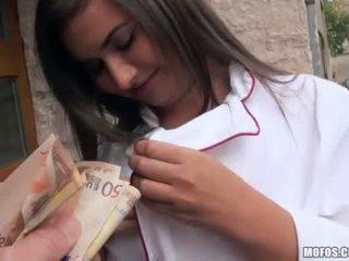 Ceko gadis di seragam analyzed untuk uang tunai