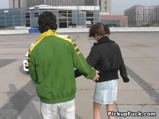 צעיר נערה ב roller skates sucks זין ב מרפסת
