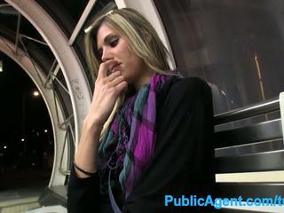Publicagent gorące wysokie laska spreads jej nogi na kasa w publiczne
