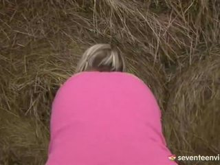Nastolatka laska masturbacja wewnątrz the haystack