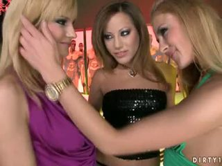 Lustful lezbos abbie, gilda un anita begins getting sexually excited karstās kopā