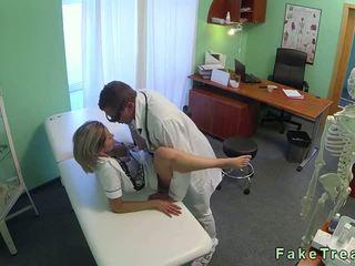 Sexy blondine verpleegster geneukt door dokter in zijn kantoor