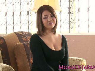 Moshë e pjekur japoneze mommy toyed dhe throatfucked