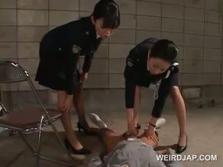 Rabo starved asiática policía mujeres giving paja en prisión
