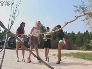 Piss 4 女孩 在 一 蹲便器 競賽