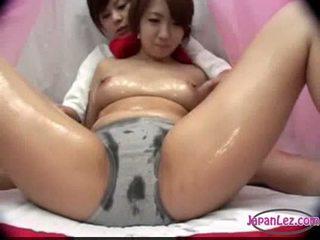 Aziatisch meisje in panty massaged met olie tieten rubbed poesje fing