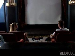 Trijatā ar krūtainas blondīne uz kinoteātris