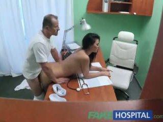 Fakehospital doktorn fucks porr skådespelerskan över reception i personligt clinic