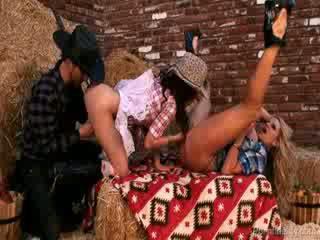 Sexy cowgirls willen een rollen in de hay met een cowboy