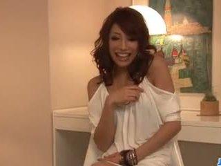 Aya sakuraba amazes s ji fafanje in ozko muca.