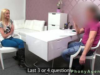 Klein tieten blondine anaal gangbanged op casting