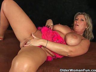 Chunky mature mom with big tits mastur...