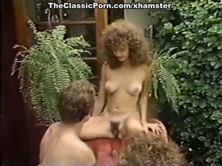 色情 三人行 电影 在 该 花园
