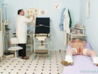 Blond oma multiple squirting gedurende een gyno checkup