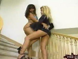 Jennifer leigh un charlene aspen nepieredzējošas vāvere uz the stairs