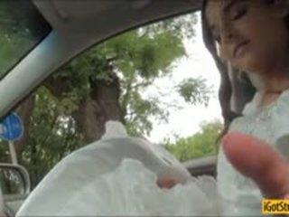 Runaway jeune mariée amirah adara pounded avec stranger en une voiture