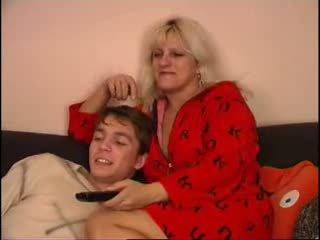 Mutter und sohn beobachten fernseher auf couch