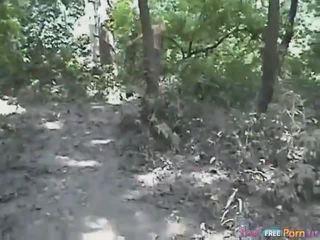 Tania has yang doggystyle / seks dari belakang quickie dalam yang hutan