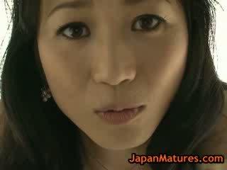 아시아의 성숙한 natsumi kitahara 옷을 벗고